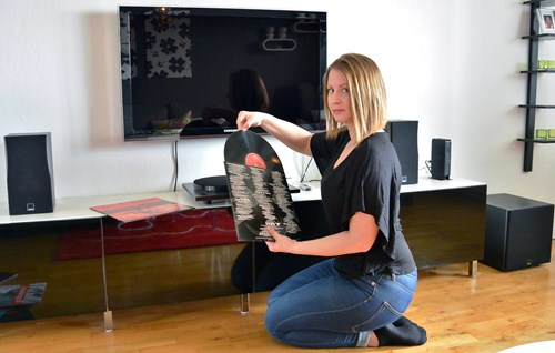 Hanna Wigert with her DALI CONCEPT 1 speakers